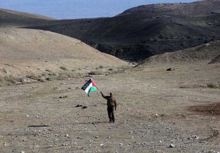 Un Palestinien entre Jerusalem et Jericho, le 28 novembre. (Photo Abbas Momani. AFP)