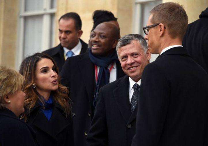 Le roi Abdallah II de Jordanie, à côté de sa femme, la reine Rania, en discussion avec le Premier ministre finlandais, dimanche 11 janvier à l'Elysée, avant la marche. (Dominique Faget/AFP)