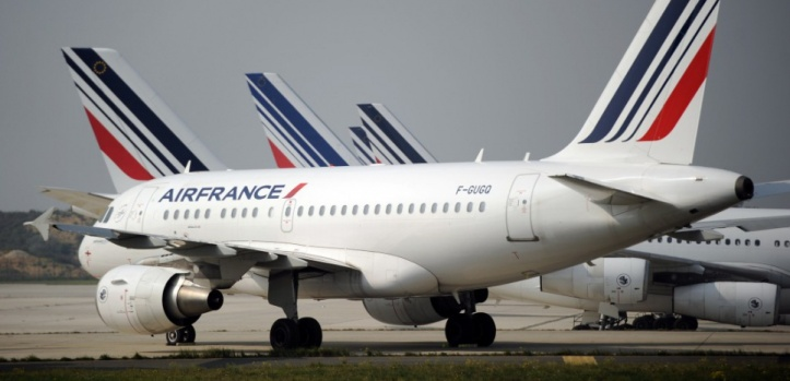 Air France planes are parked on the tarmac of Charles de Gaulle airport on September 24, 2014 in Roissy during an Air France pilots strike. AFP PHOTO / STEPHANE DE SAKUTIN