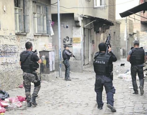 Les forces de sécurité patrouillent à Diyarbakir, capitale du Kurdistan turc. Photo : Stringer/ Anadolu Agency