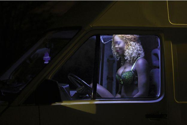 Au bois de Vincennes. Entre deux clients, cette jeune fille attend dans sa camionnette, en écoutant de la musique. DR