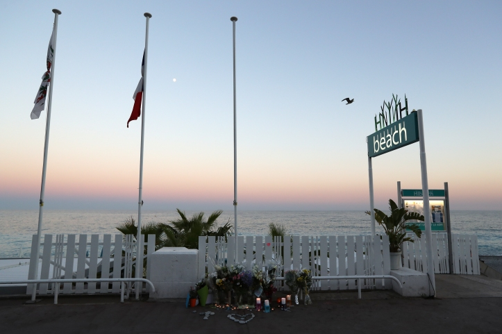 This photo taken on July 16, 2016 in Nice shows a make-shift memorial on the Promenade des Anglais for victims of the deadly Bastille Day attack. The Islamic State group claimed responsibility for the truck attack that killed 84 people in Nice on France's national holiday, a news service affiliated with the jihadists said on July 16. Tunisian Mohamed Lahouaiej-Bouhlel, 31, smashed a 19-tonne truck into a packed crowd of people in the Riviera city celebrating Bastille Day -- France's national day. / AFP PHOTO / Valery HACHE