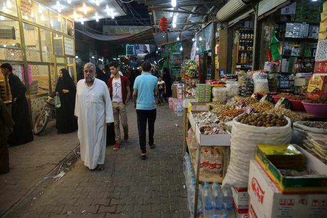 People walk at a market in Kerbala, southwest of Baghdad, Iraq, September 26, 2016. REUTERS/Stringer